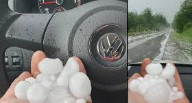 <strong>FOTO: Latvijā iespaidīga krusa</strong> — autovadītāji dalās fotogrāfijās ar milzīgiem krusas graudiem