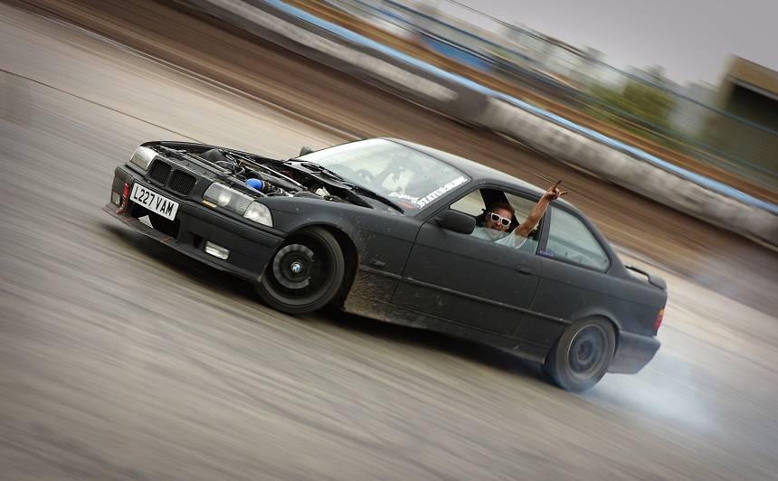 Ventspilī <strong><em>BMW</em> vadītājs dižojas ar satiksmes pārkāpumiem</strong> sociālajos tīklos, policija atņem tiesības