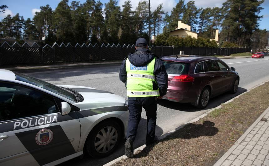 <strong>Ceļu policists nozog</strong> no dzērājšofera auto 30 eiro vērtu radio