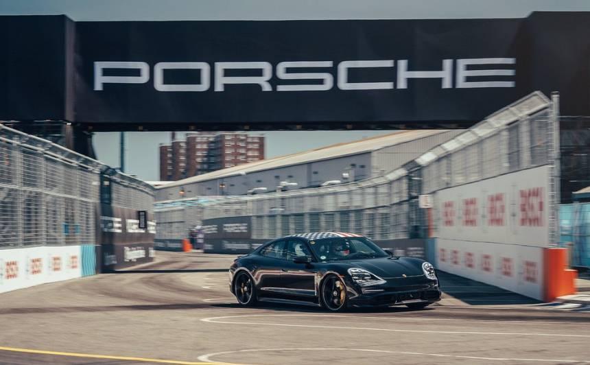Elektriskā <strong><em>Porsche Taycan</em></strong> viesizrāde <em>Formula E</em> finālā Ņujorkā