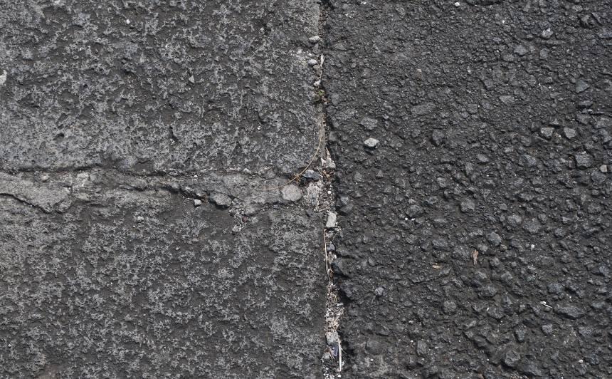 Akmeņi un šķembas bojā automašīnu vējstiklus, <strong>atlīdzībās izmaksāti 1,2 miljoni eiro</strong>