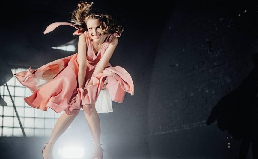 VIDEO: <strong>100 Latvijas skaistākās meitenes</strong> nofilmējušās mūzikas video <em>SVĀRKI?</em>