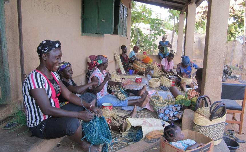 Ienākumi, kurus saņem grozu pinējas, tiešā veidā palīdz uzlabot šo sieviešu un viņu ģimenes dzīvi.