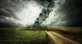 VIDEO: Baisi mirkļi Balvos — <strong>virpuļviesulis</strong> nopostījis vairākas mājas