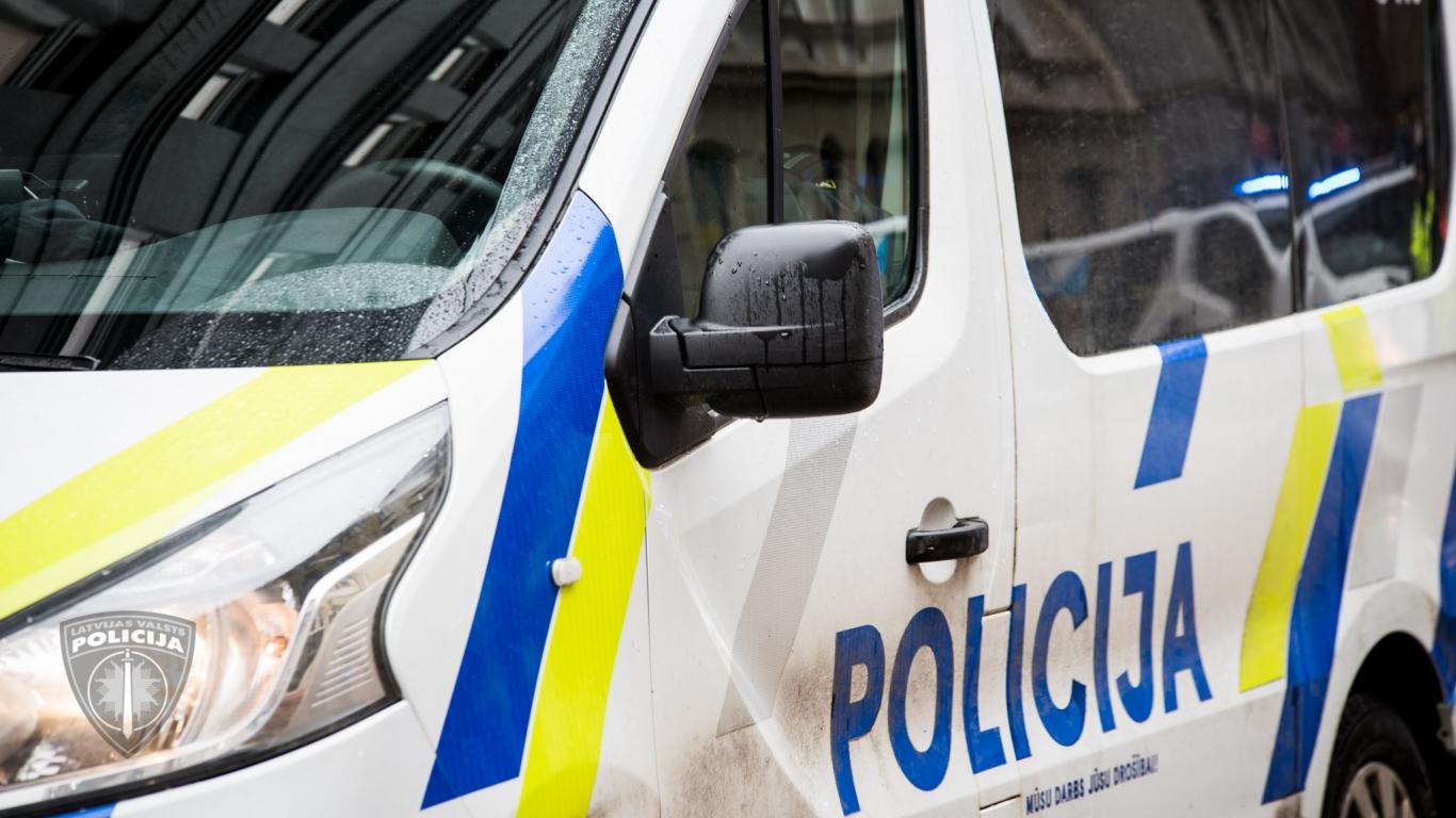 <strong>Šaušana un trilleris Ogrē:</strong> Bēgošs autovadītājs nopietni ievaino policistu