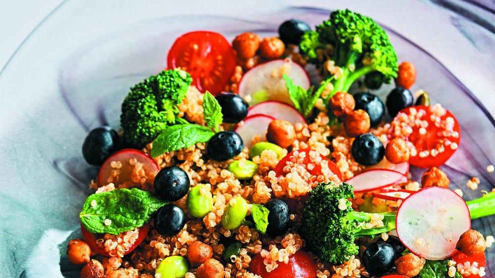 <strong>Burvīgi krāsainie</strong> salāti ar kvinoju un mellenēm