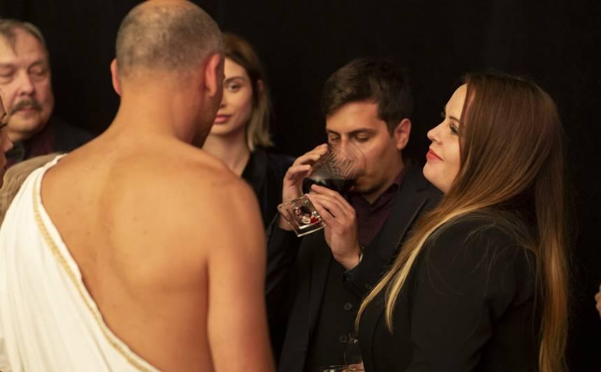 FOTO: Šausminošas slavenību kāzas Latvijā — <strong>viesi dzer jaunlaulāto asinis</strong>