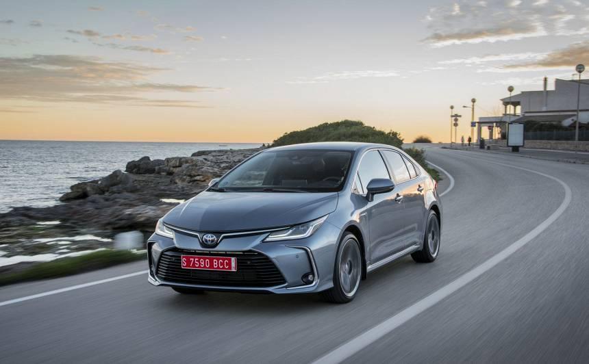 <strong><em>Toyota</em> hibrīdauto</strong> pārdošanas apjoms pieaudzis par 43%