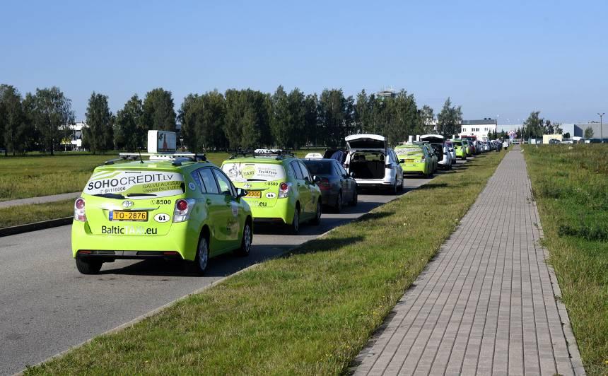 Kariņš par taksometru visatļautību: <strong>Lidostā šajā jomā valdīja haoss. Jaunie noteikumi ieviesīs kārtību</strong>