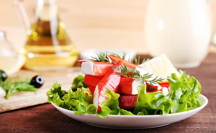 10 receptes gardiem salātiem <strong>ar krabju nūjiņām</strong>