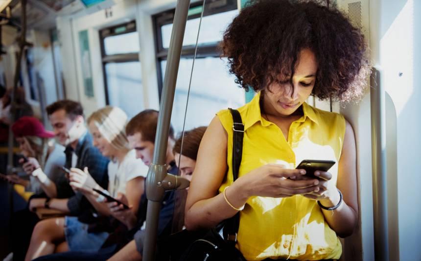 Veselības indekss: pārmērīga aizraušanās ar virtuālo saziņu <strong>var radīt tieksmi nemitīgi kontrolēt tuviniekus</strong>