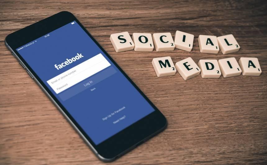 Skandāls medijos: <strong><em>Facebook</em> noklausījies un atšifrējis lietotāju sarunas</strong>