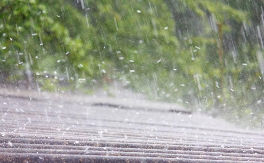 Ceturtdiena Latvijas lielākajā daļā būs lietaina, <strong>atsevišķos rajonos dārdēs pērkons</strong>