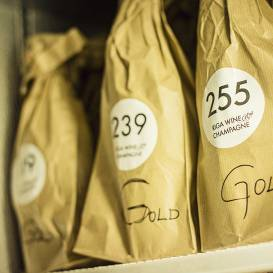 FOTO: Kā nosaka <em>zelta</em> vīnu Latvijā. TOP vīnzinis Raimonds Tomsons: <strong>tas ir smags darbs</strong>