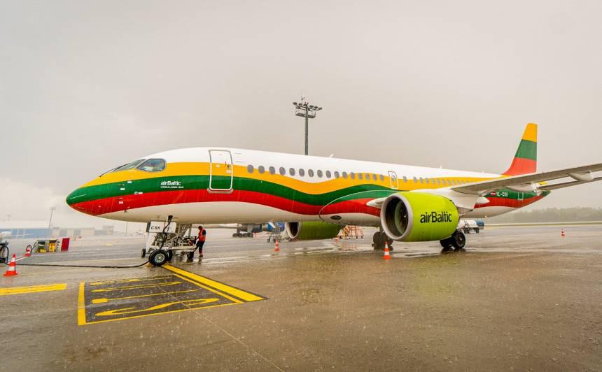 <em>airBaltic</em> dāvana kaimiņiem: <strong>lidmašīnai piešķir Lietuvas karoga krāsas un Viļņas vārdu</strong>