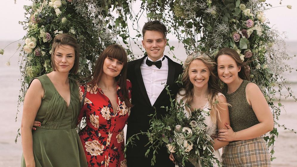 Visas četras draudzenes Elzas un Kaspara kāzu dienā.