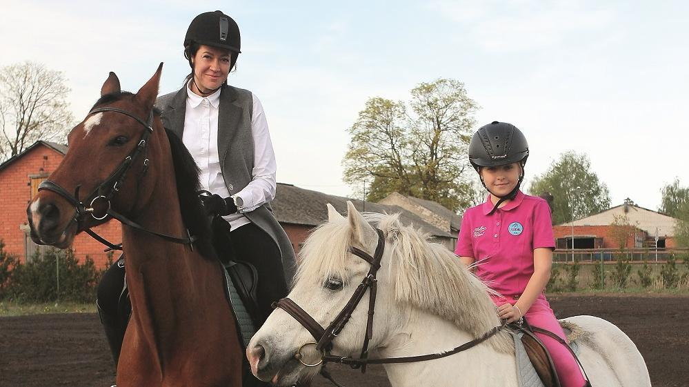 Viens hobijs mammai un meita — <strong>jāšana ar zirgiem</strong>