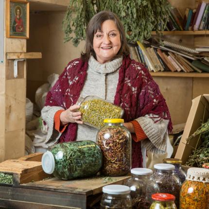 <em>Lauku tējas</em> saimniece Brigita Lūkina — <strong>ceļš no Rīgas mākslinieces uz zāļu zinātāju</strong>