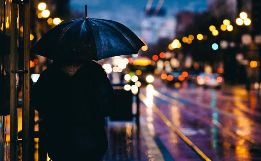 No rīta <strong>stiprākie nokrišņi gaidāmi Vidzemē,</strong> pēcpusdienā lielākās pērkona lietusgāzes un krusa būs Kurzemē