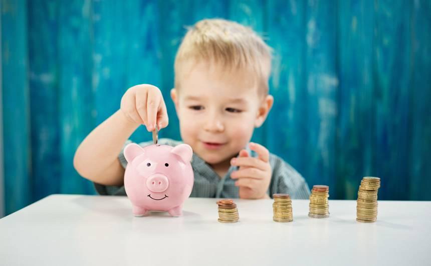 5 padomi, kā <strong>iemācīt bērnam rīkoties ar naudu</strong>