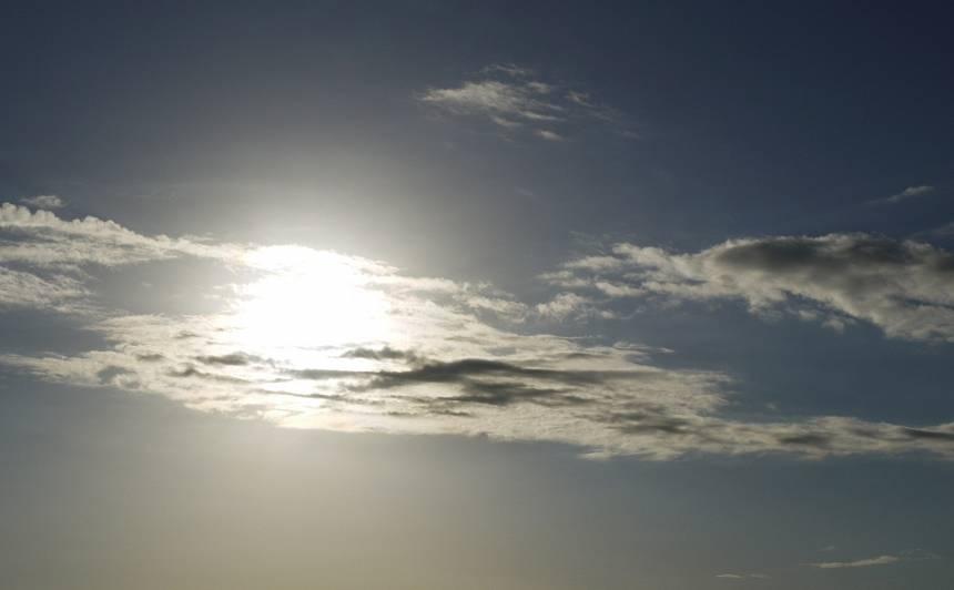 <strong>Trešdien uzspīdēs saule</strong> un īslaicīgi līs