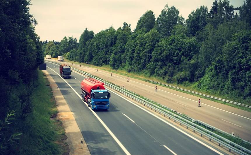 Latvijā 83% iedzīvotāju ir <strong>apmierināti ar autoceļu uzturēšanas kvalitāti vasarā</strong>