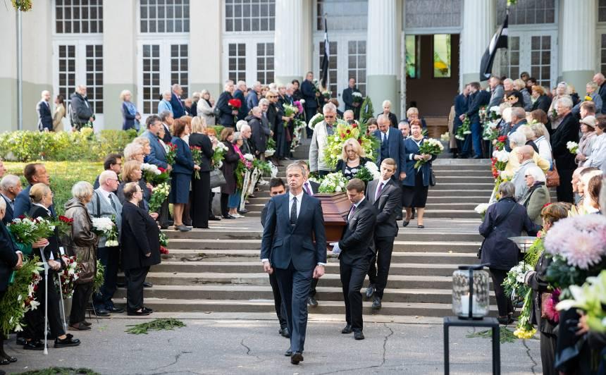 FOTO: Tuvinieki un aktiera talanta cienītāji <strong>atvadās no Imanta Skrastiņa</strong>