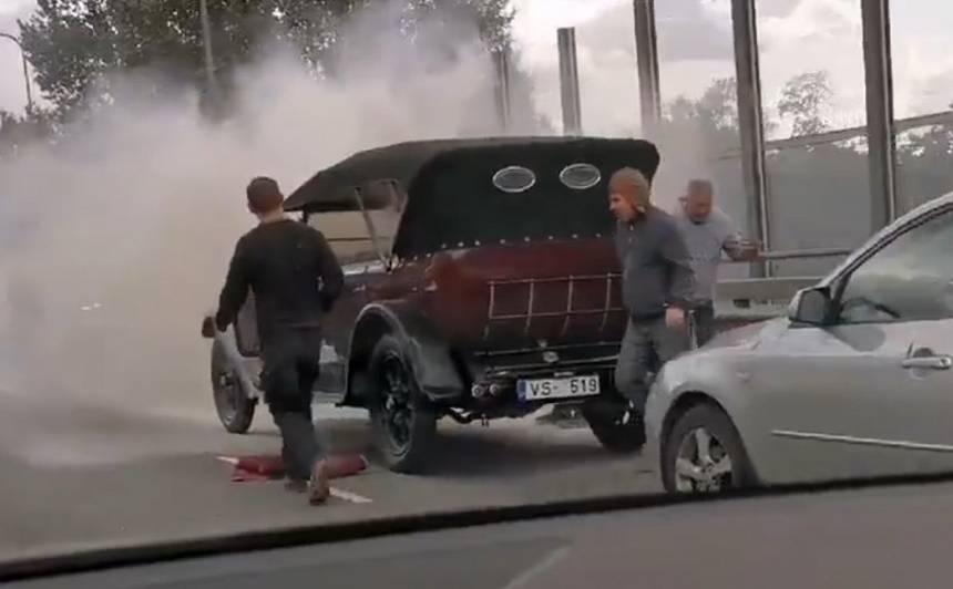 VIDEO: Rīgā uz ielas <strong>aizdegusies retro automašīna</strong>