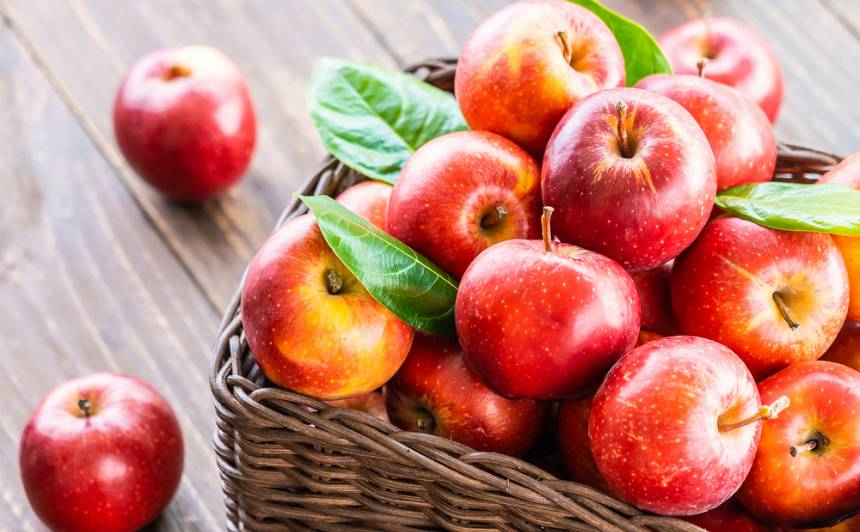 <strong>30 viskārdinošākās receptes</strong> ābolu laikam