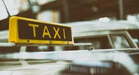 Izplatīts brīdinājums par <strong>uzmākšanās gadījumiem taksometrā,</strong> policija komentē situāciju