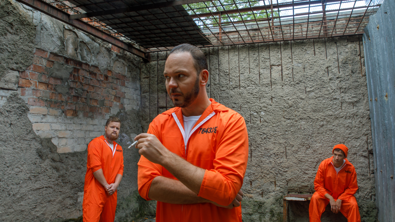 «Uzreiz sapratu, ka ieslodzītie būs tērpti oranžos tērpos. Lai ir koši un starptautiski. Jo manu dziesmu klipus demonstrē arī Li