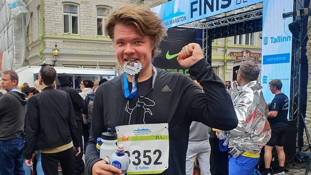 «Noskrēju 21,1 kilometru Tallinā!» nupat palepojās Toms Grēviņš. To viņam izdevās paveikt stundā un 50 minūtēs. «Izcīnīta 1209. vieta no 3390 dalībniekiem, kas finišēja!» paziņoja viņš.