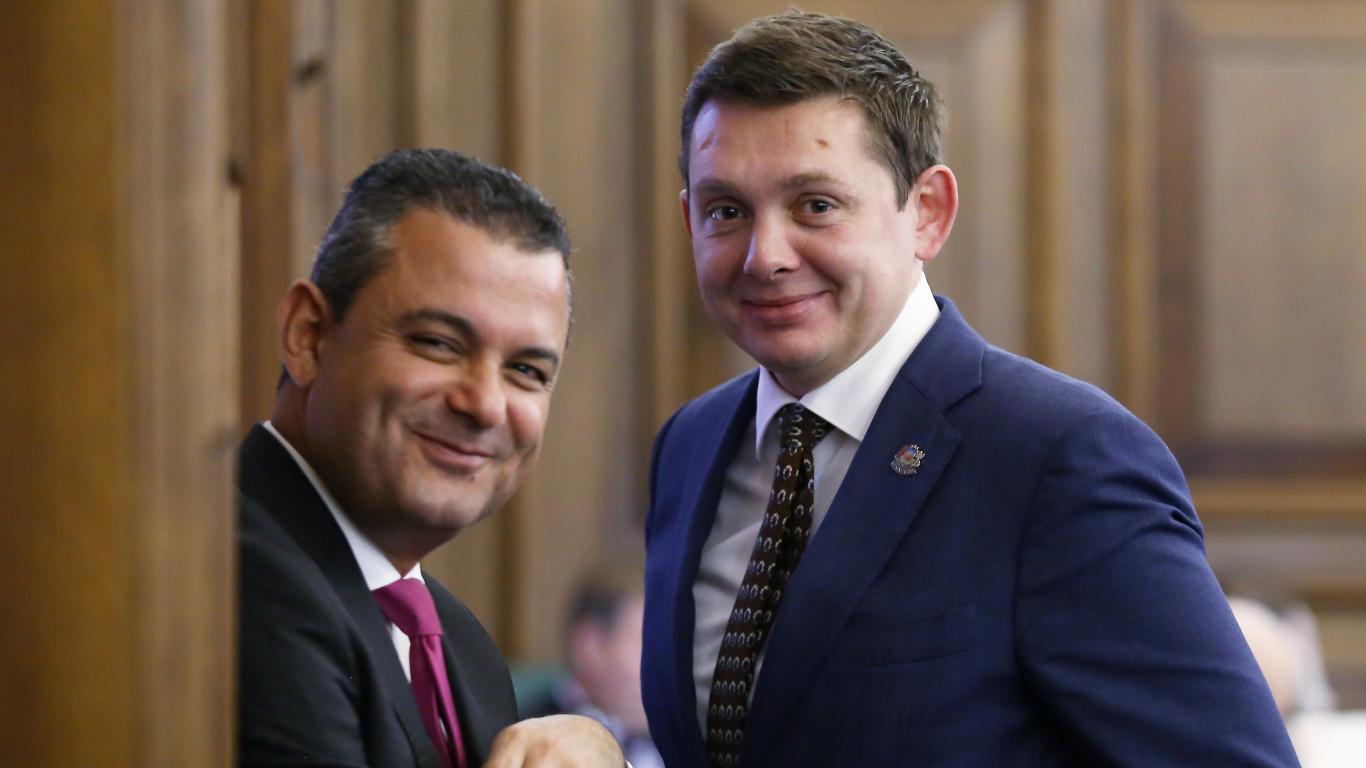 Saeima nolēmusi <strong>neatcelt piemaksas pie deputātu algām</strong>