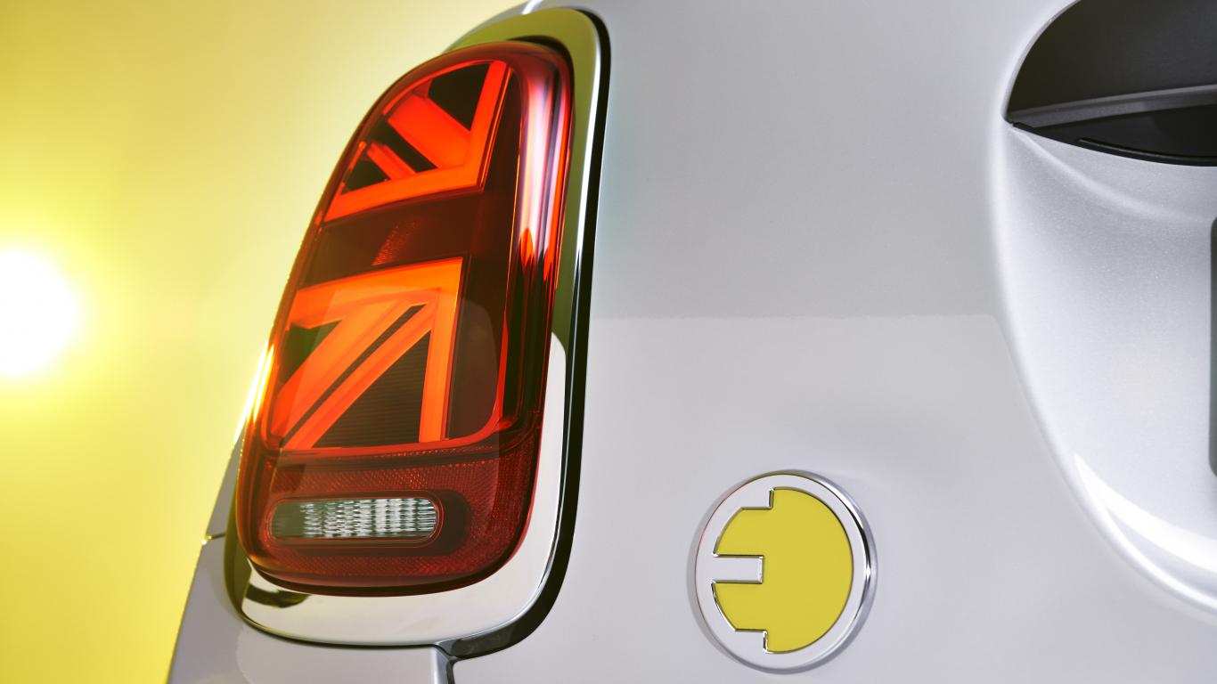 FOTO: Elektriskais <strong><em>MINI Cooper SE</em></strong> drīzumā jau Latvijā