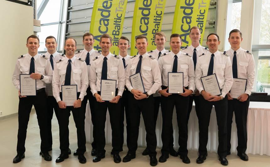 FOTO: <strong>Pirmie 12 studenti absolvē</strong> <em>airBaltic Pilotu akadēmiju</em>