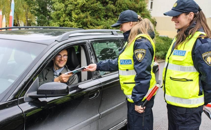 <strong>Policija pastiprināti uzrauga bērnu drošību automašīnās,</strong> apzinīgākie tiek pie dāvanām