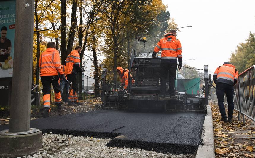 FOTO: Tallinā izbūvēts Baltijā pirmais <strong>ceļa posms no pārstrādātiem plastmasas atkritumiem</strong>