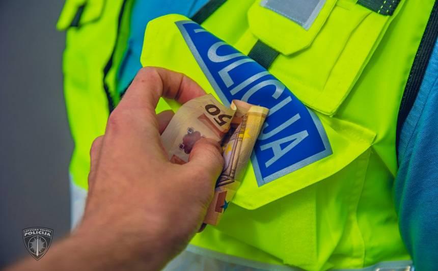 <strong>Vadītājs policistiem piedāvā 300 eiro kukuli,</strong> lai netiktu veikta alkohola pārbaude