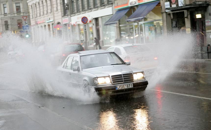 VIDEO: <strong>Rīgas ielas šorīt atkal slīkst ūdenī</strong>