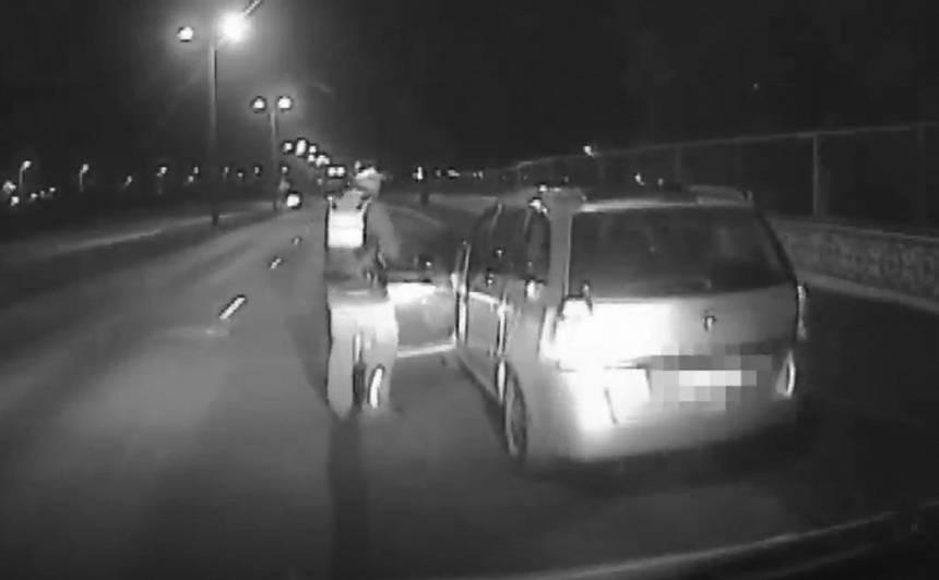 VIDEO: Vadītājam sejā iepūš piparu gāzi, viņš <strong>1,99 promiļu reibumā turpina ceļu</strong>