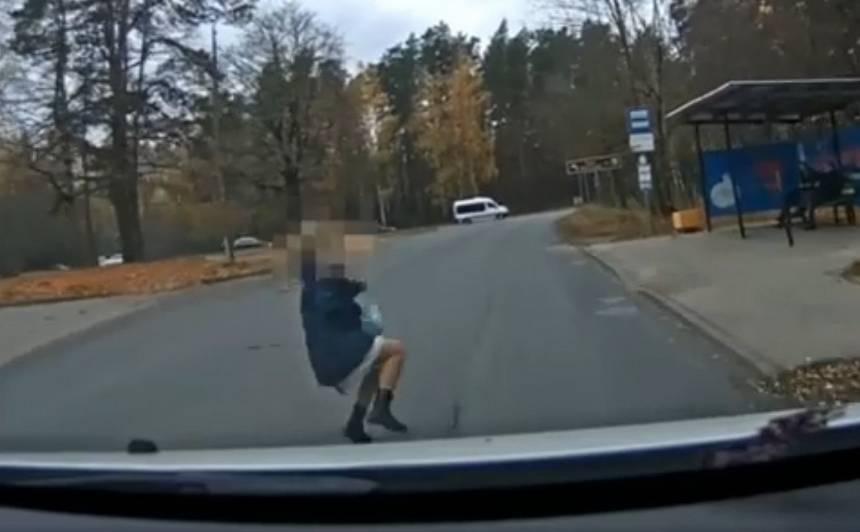 <strong>VIDEO: Rupja neuzmanība gandrīz maksā dzīvību:</strong> policijas auto priekšā negaidīti izskrien bērns