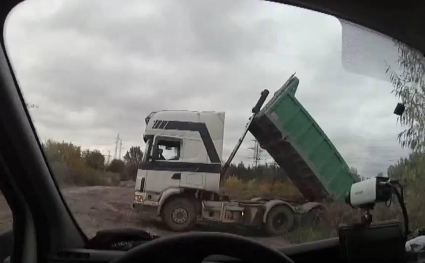 VIDEO: Policija Ziepniekkalnā pieķer smago auto, kas <strong>17 reizes dienā izgāzis būvgružus</strong> — draud auto konfiskācija