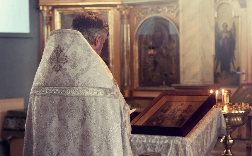 <strong>Garīgi atpalikušas personas seksuāla izmantošana</strong> — apsūdzētā priestera Zeiļas lietu nodod tiesai