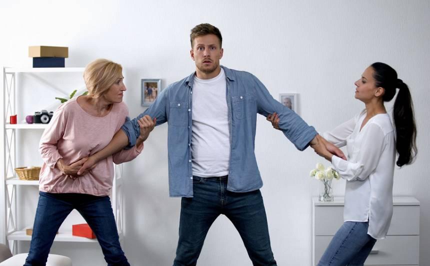 Dēliņš un <strong>viņa divas sievietes</strong>