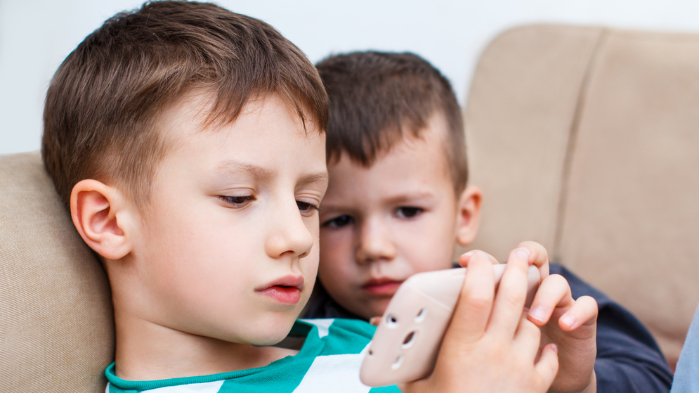 <strong>Bērns aizraujas ar tiešsaistes spēlēm.</strong> Kā rīkoties vecākiem?