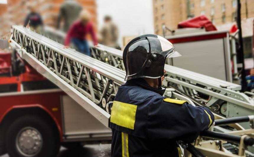Rīgā jaunieši <strong>netiek nost no pamestas mājas jumta — </strong> viņus izglābj ugunsdzēsēji