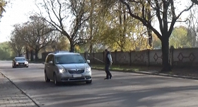 Policijas eksperiments: <strong>Liepājā 30 minūtēs soda 7 šoferus par neredzīgu gājēju nepalaišanu pāri ielai</strong>