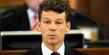Rihards Eigims, nododot deputāta zvērestu jeb solījumu no Saeimas tribīnes 10. Saeimas sasaukuma laikā.