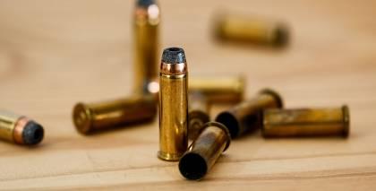 Policija aizdomās par šaušanu uz daudzdzīvokļu namiem Imantā aiztur <strong>vīrieti ar bagātu ieroču arsenālu</strong>