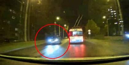 VIDEO: <strong>Policisti Ķengaragā pamana tikko nozagtu <em>BMW X5</em></strong> — saimnieks atstājis ieslēgtu dzinēju